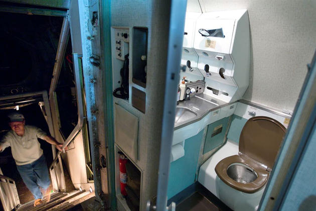 Working toilet inside of the Boeing 727