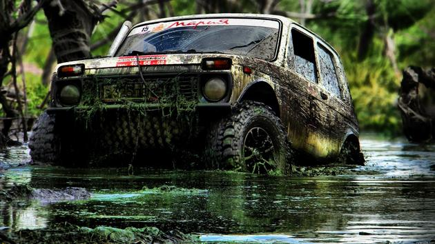 Lada Niva modded offroading in mud