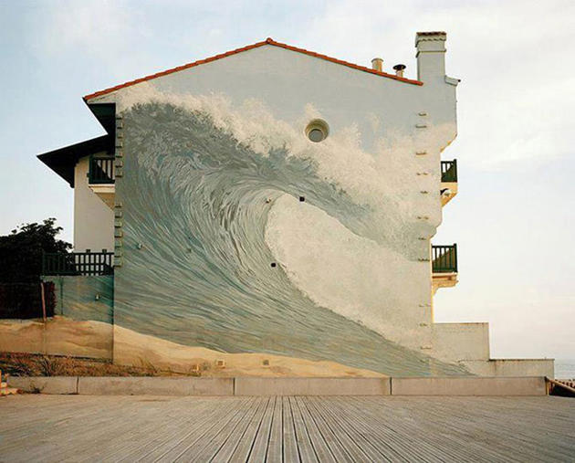 Huge wave graffiti