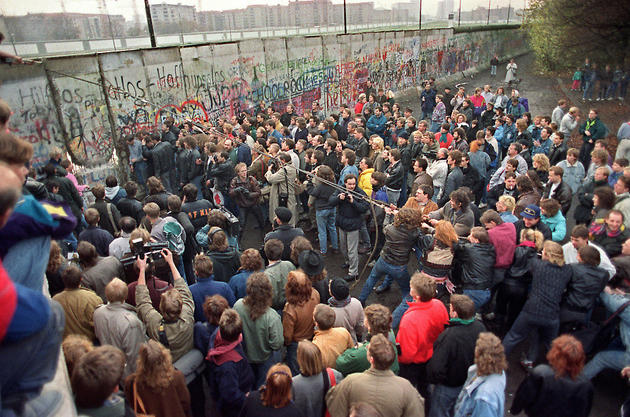 Taking down the Berlin Wall 1989