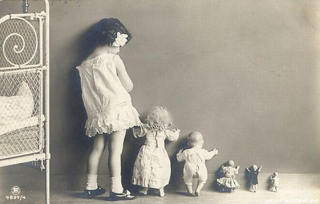Old Weird Photos Girl with dolls