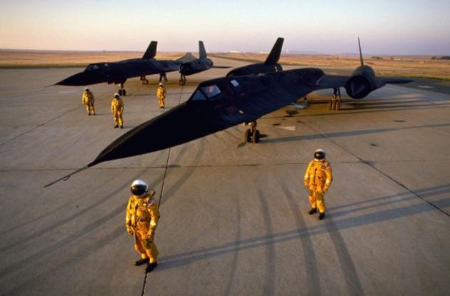 'Two Blackbirds and their crew' from the web at 'http://iliketowastemytime.com/sites/default/files/imagecache/blog_image/sr71_blackbird1.jpg'
