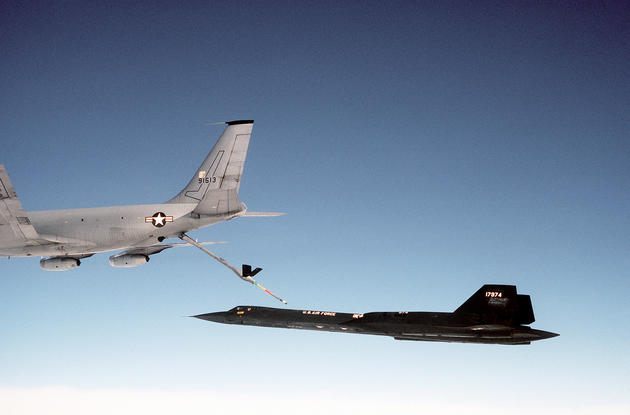 'Blackbird Refueling' from the web at 'http://iliketowastemytime.com/sites/default/files/imagecache/blog_image/sr71_blackbird15.jpg'