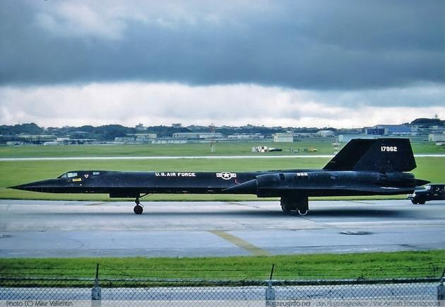 'SR-71 landing strip' from the web at 'http://iliketowastemytime.com/sites/default/files/imagecache/blog_image/sr71_blackbird9.jpg'