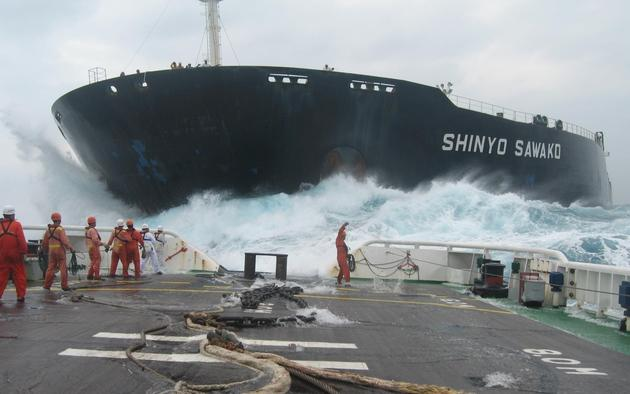 Shinyo Sawako trying to hook up to the tug boat