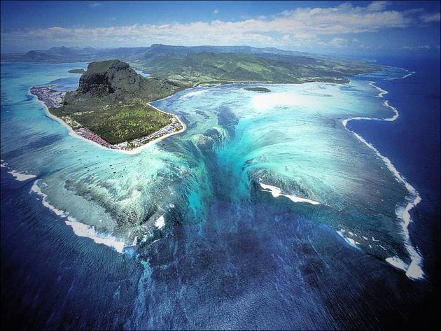 Underwater waterfall illusion